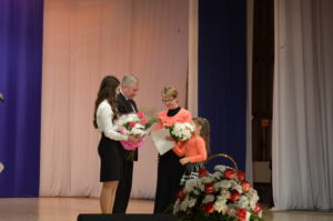 Знак отличия получает Людмила Косолапова.