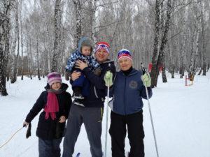 Лидия Васюк с внуком Олегом, правнуком Марком, правнучкой Олесей после «Лыжни России» в Тюмени.