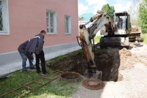 На фото: идет ремонт канализации по улице Молодежная.