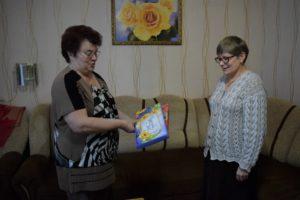 Ирина Пургина (справа) вручает сладкий презент Нине Ильиной.