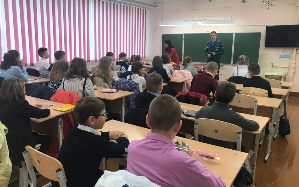 Сотрудники МЧС России проводят открытые уроки ОБЖ
