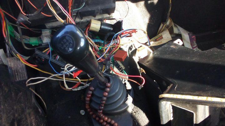 Житель Баяновки похитил магнитолы и колонки из двух автомобилей