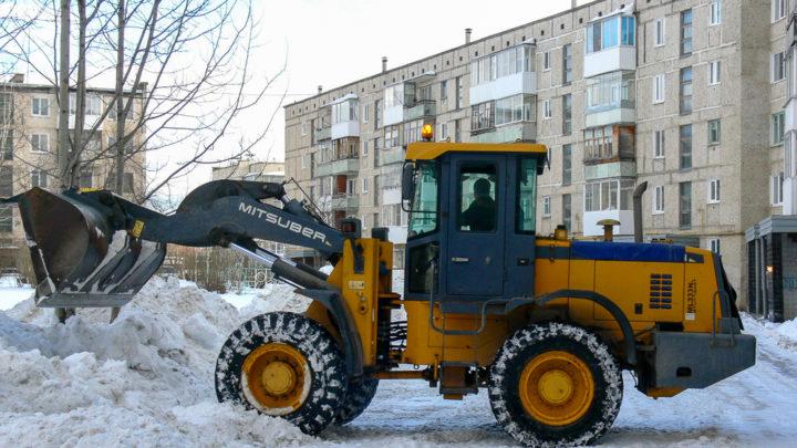 Как двор от снега чистили