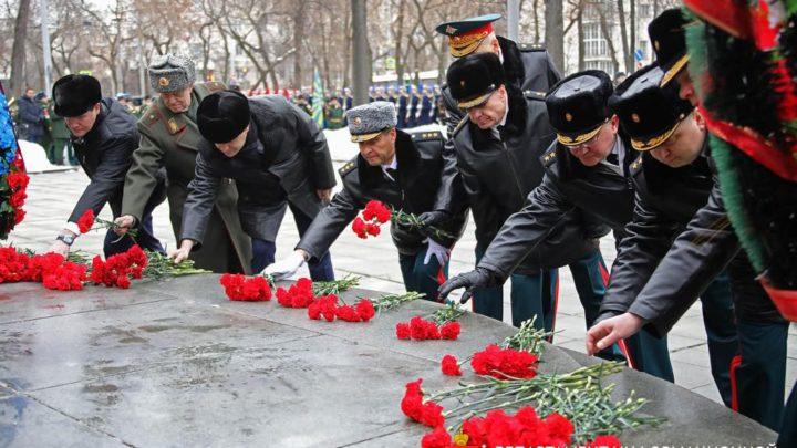В преддверии Дня защитника Отечества уральцы возложили цветы к памятнику маршалу Жукову