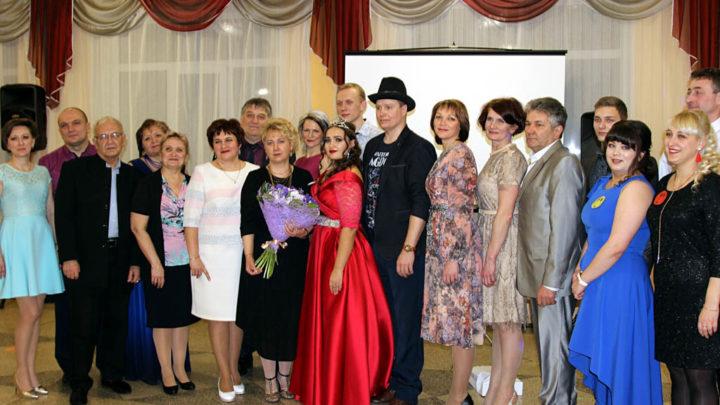 Юбилейные Мисс и Мистер Пятнадцатый раз в Североуральске выбрали пару года на студенческом балу.