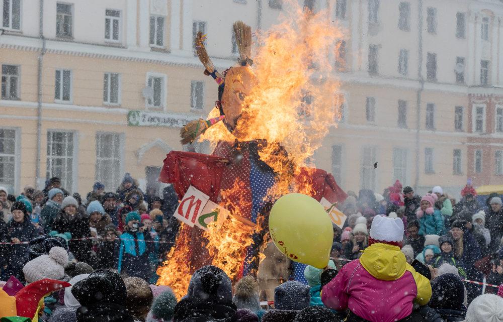 Ура, Масленица! Проводили зиму, сожгли Масленицу, наелись блинов и шашлыков!