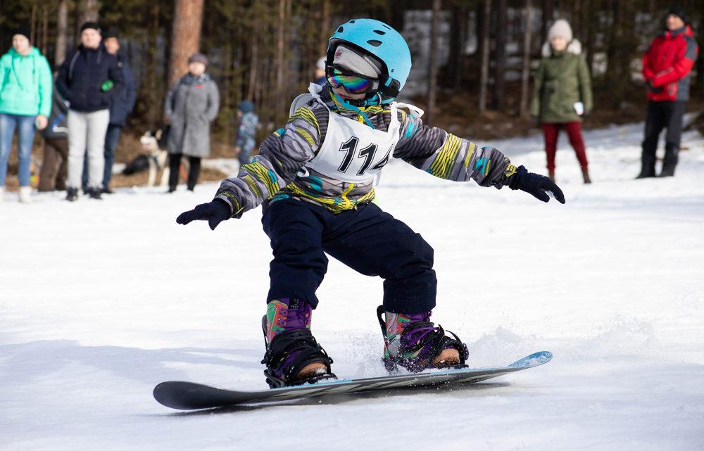Сезон закрыт до следующей зимы 15 марта за телевышкой в сноупарке «ZOO» состоялся пятый юбилейный фестиваль сноубординга «Снежные человечики»
