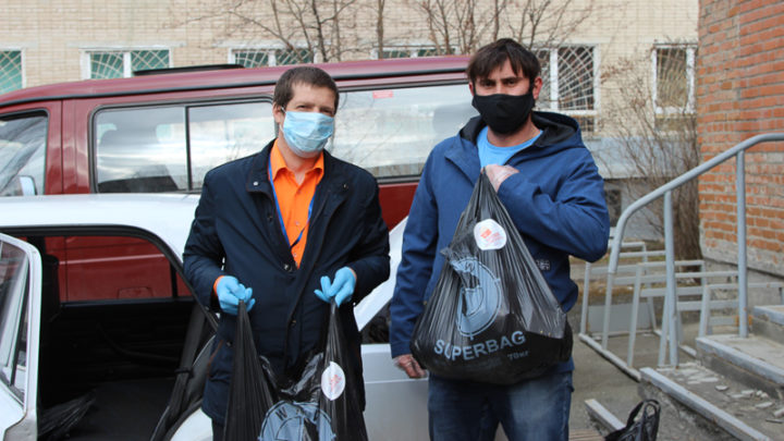 Волонтёры развозят продуктовые наборы