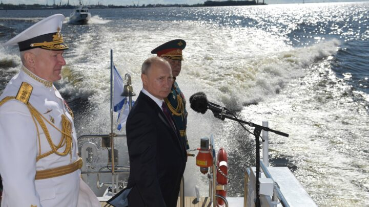 Владимир Путин принял Главный военно-морской парад в Санкт-Петербурге