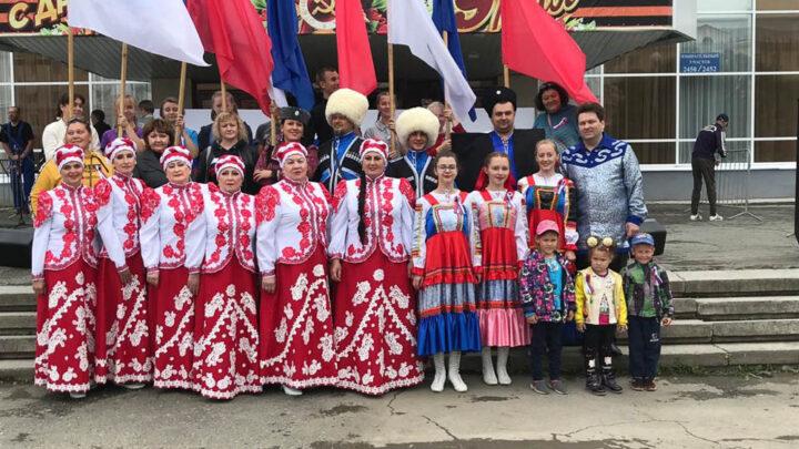 Под флагом России Ежегодно 22 августа в стране отмечается День Государственного флага Российской Федерации, установленный на основании Указа Президента Российской Федерации от 20 августа 1994 года