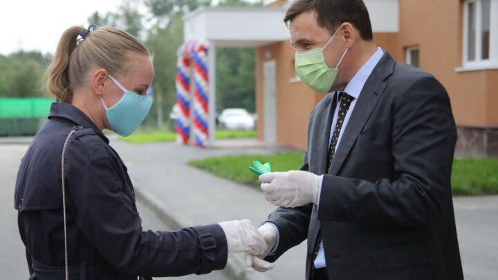 Евгений Куйвашев вручил ключи новоселам жилого комплекса «Кольцовский дворик», достроенного благодаря поддержке региона