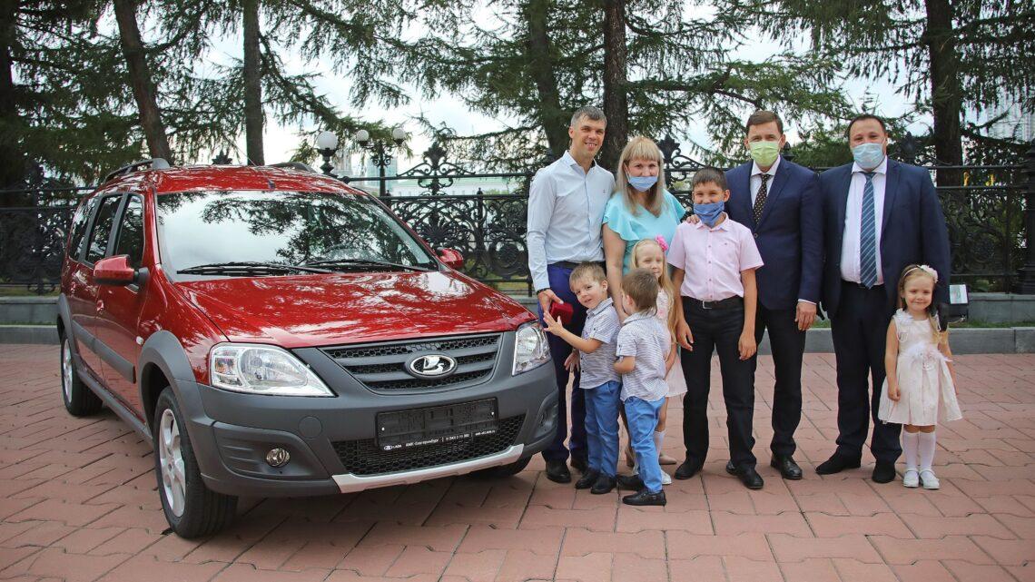 Губернатор Евгений Куйвашев вручил многодетной семье из Волчанска автомобиль