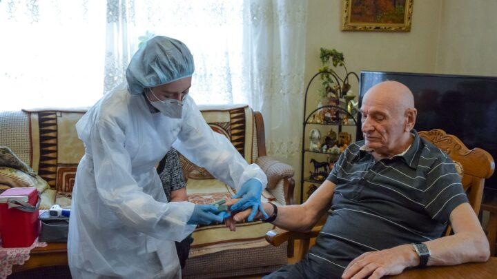 На Урале началась массовая вакцинация против гриппа – в числе первых свердловчан прививку поставил Семен Спектор