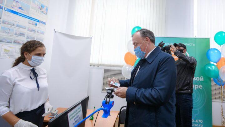 Алексей Орлов получил Единую социальную карту «Уралочка»
