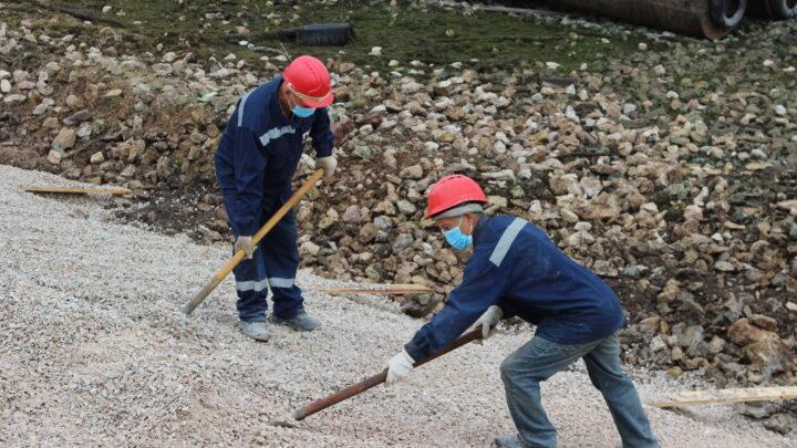 Субровчане обновляют плотину пруда