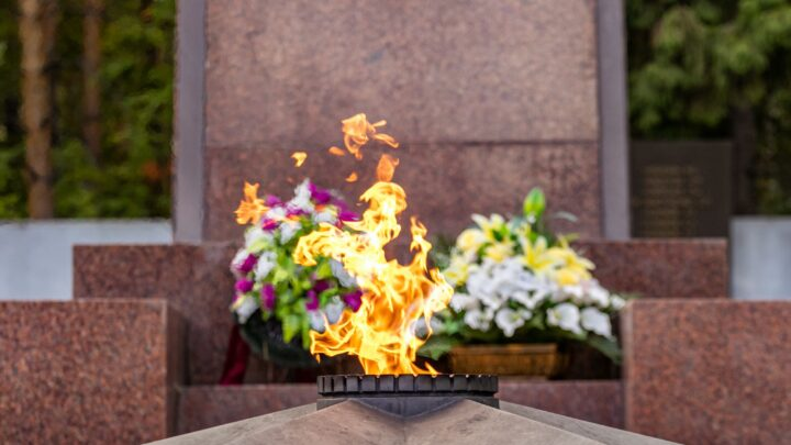 Свердловчане возложили цветы в память о дне окончания Второй мировой войны