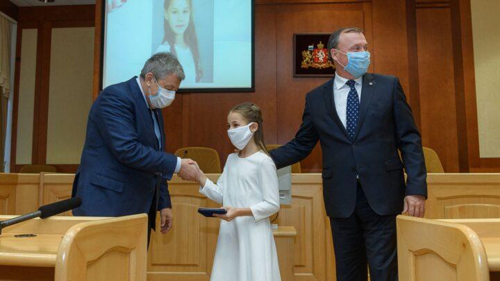 Алексей Орлов и Аркадий Чернецкий наградили юных свердловчан, совершивших героические поступки