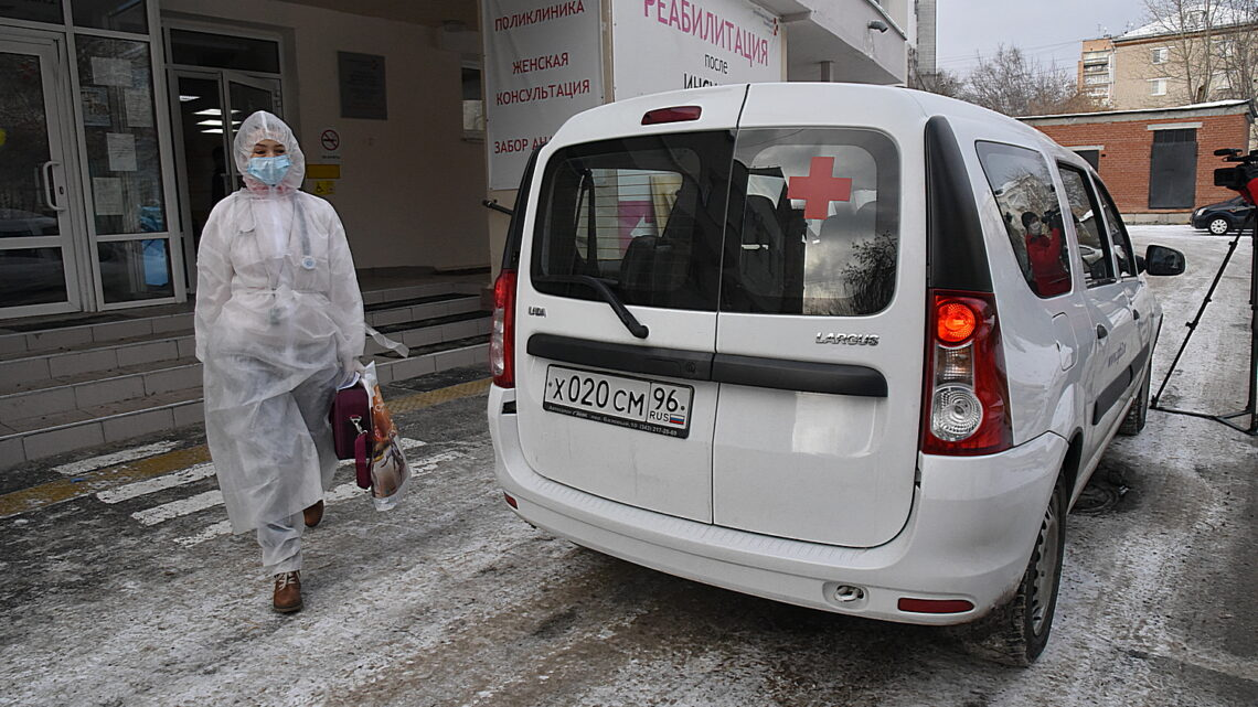 Врачи амбулаторной службы свердловских поликлиник выдают лекарства от COVID-19 уральцам, проходящим лечение дома
