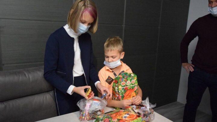 Детям медработников региона, работающим в «красной зоне», вручают новогодние подарки от губернатора Свердловской области