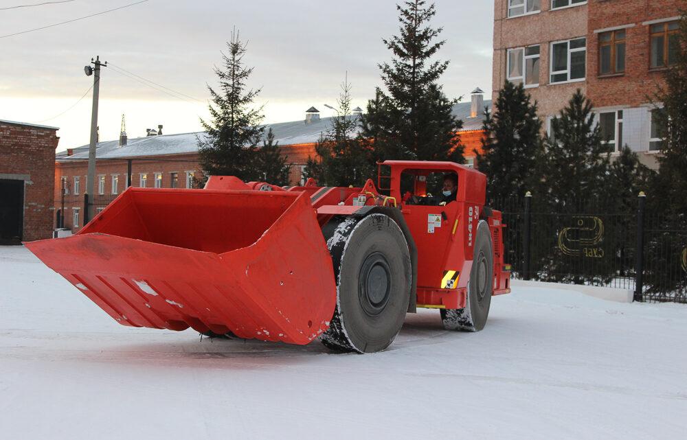 Танки шахты не боятся На шахту «Кальинская» поступила новая погрузочно-доставочная машина фирмы Sandvik, оборудованная пятикубовым ковшом