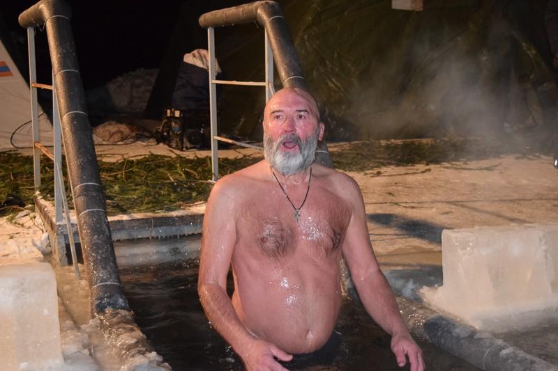 Купание для крепких духом и телом В ночь с 18 на 19 января православные ждали чудес, пили святую воду, окунались в ледяную купель