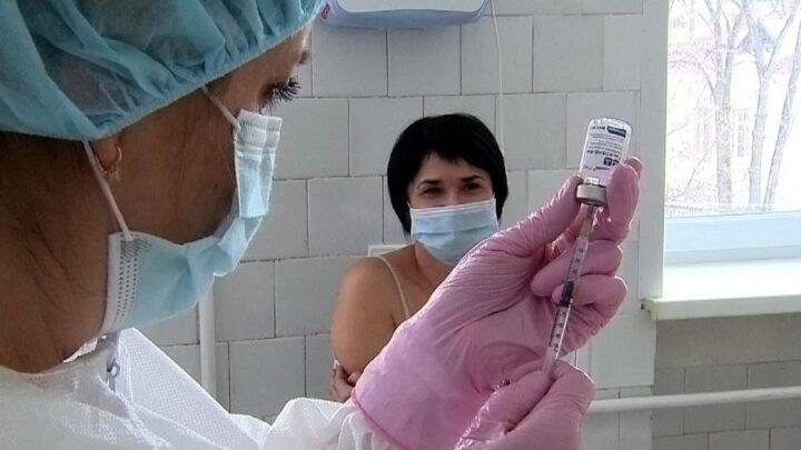Массовая вакцинация трудовых коллективов от коронавируса началась в Свердловской области