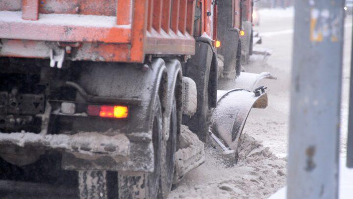 На дорогах области последствия снегопада ликвидируют 472 дорожные машины