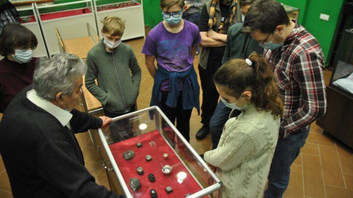 В ходе подготовки к профильной олимпиаде юные геологи Свердловской области изучили коллекцию первых уральских алмазов