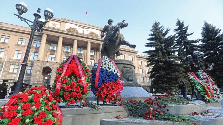 В преддверии Дня защитника Отечества в Екатеринбурге прошла церемония возложения цветов к памятнику Георгию Жукову
