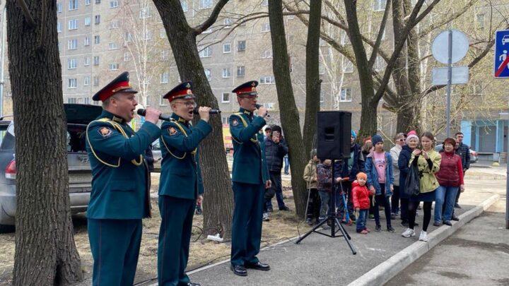 Для ветерана Великой Отечественной войны Елизаветы Григорьевны Смоленцевой, которой исполнилось 100 лет, организовали праздник у дома