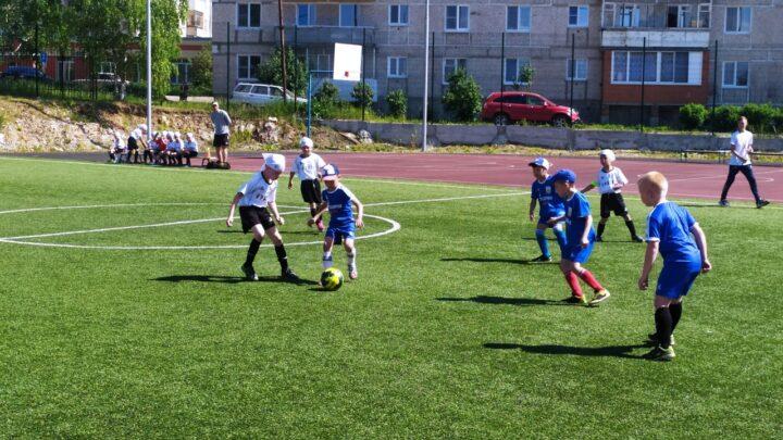 Футбольное поле школы № 8 города Североуральска принимало гостей из Краснотурьинска, Серова, Кальи