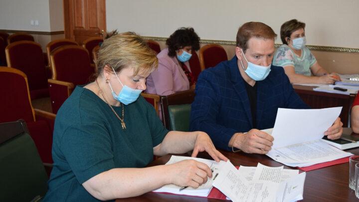 23 июня избранным депутатам Ивану Бондаренко и Ольге Коптяевой вручили удостоверения и нагрудные знаки