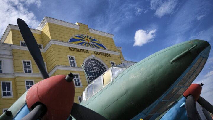 Евгений Куйвашев высоко оценил новое музейное пространство УГМК – экспозицию авиатехники «Крылья Победы»