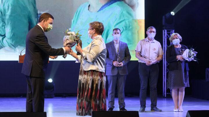 Губернатор Свердловской области Евгений Куйвашев вручил премии профессионального признания «Медицинский Олимп» представителям нескольких медицинских организаций.