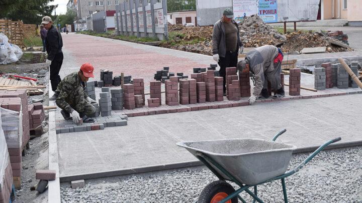 С начала мая в рамках национального проекта «Жилье и городская среда» строители благоустраивают городскую площадь