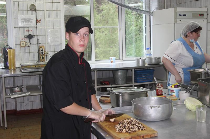 Кухня требует сноровки Комбинат питания принял на практику молодых поваров. Их кураторами стали старшие коллеги, чей стаж работы насчитывает десятилетия