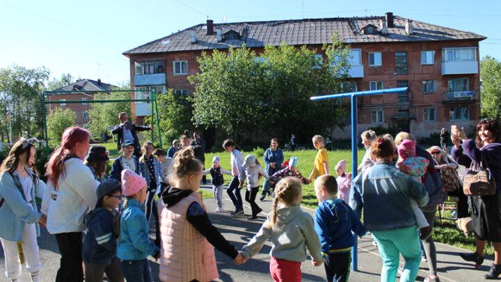 3 июня во дворе Ленина, 42 прошла концертно-игровая программа «Начинаем лето, люди!». Организатором выступила партия «Единая Россия»