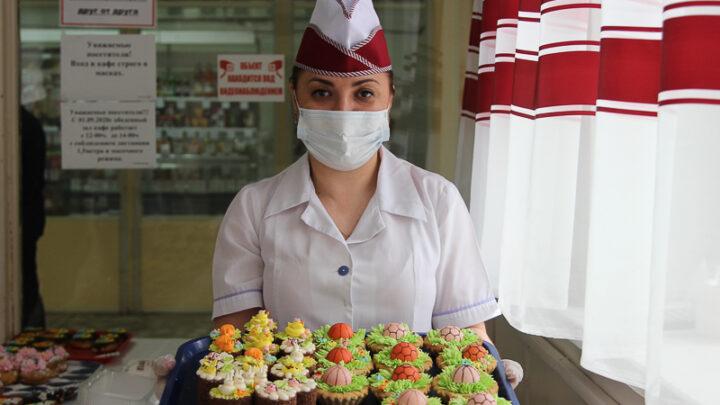 Сотни сладких пирожных создали для тематической выставки-продажи субровские кондитеры