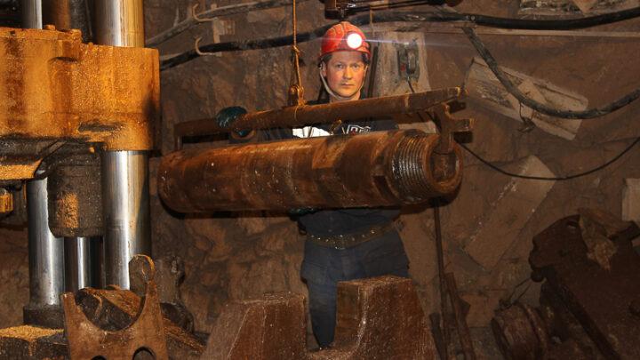 Шахта «Черёмуховская» готовит к сдаче в эксплуатацию очередной подземный объект. Проходчики пробивают скважину для вентиляции горизонтов. В работе задействован проходческий комплекс с мощной буровой установкой