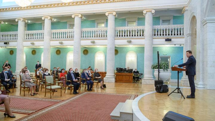 Евгений Куйвашев наградил лучших медиков Свердловской области в преддверии Праздника Весны и Труда