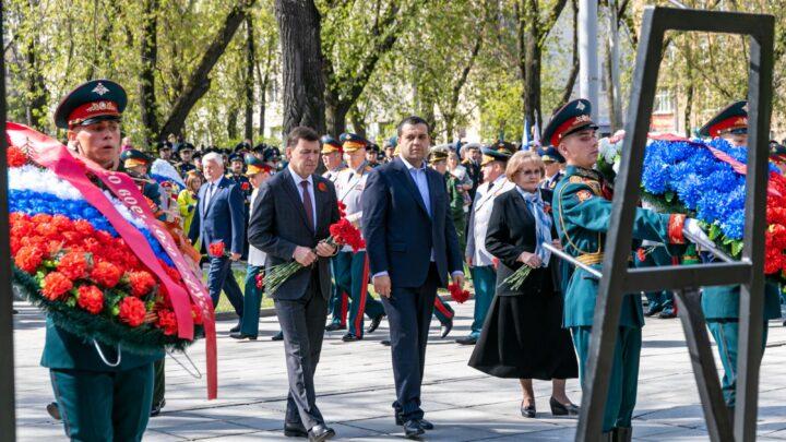 Евгений Куйвашев и Александр Лапин вместе с ветеранами Великой Отечественной войны возложили цветы к памятнику маршалу Жукову