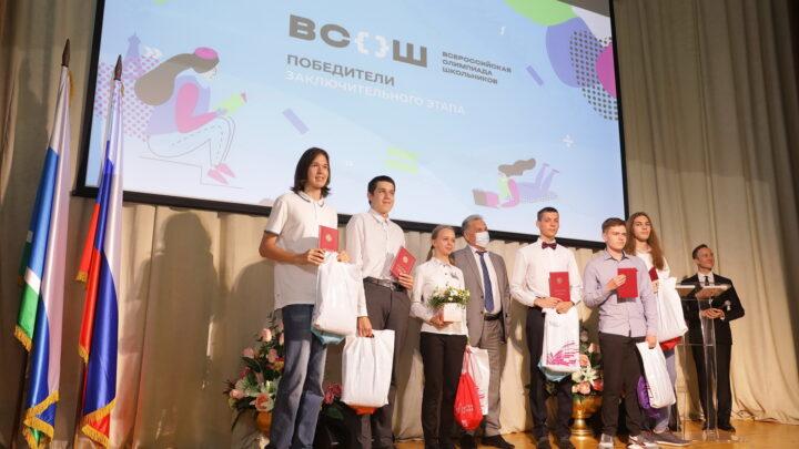 В Свердловской области премии губернатора получили победители и призеры всероссийской олимпиады школьников