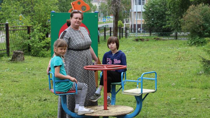 Молодёжный совет СУБРа помог подшефным из детского дома города Североуральска облагородить газоны и лужайки.