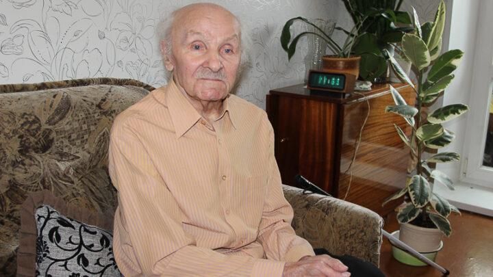 У почётного горняка СУБРа Ивана Алексеевича Лебедева много наград. Из них самую первую – медаль за труд во время войны – он получил ещё подростком