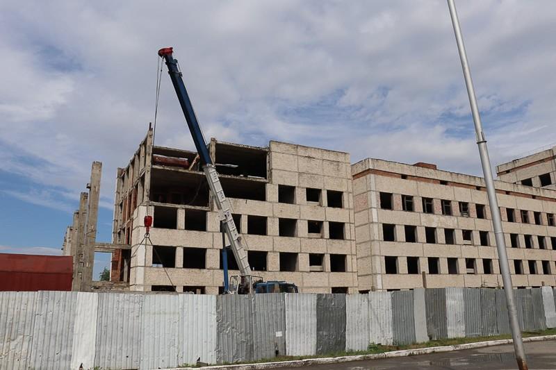 Начался демонтаж недостроенного второго корпуса Центральной городской больницы
