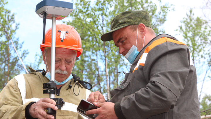 Маркшейдеры СУБРа определяют местоположение геологоразведочных скважин в поле шахты «Кальинская» с помощью нового оборудования
