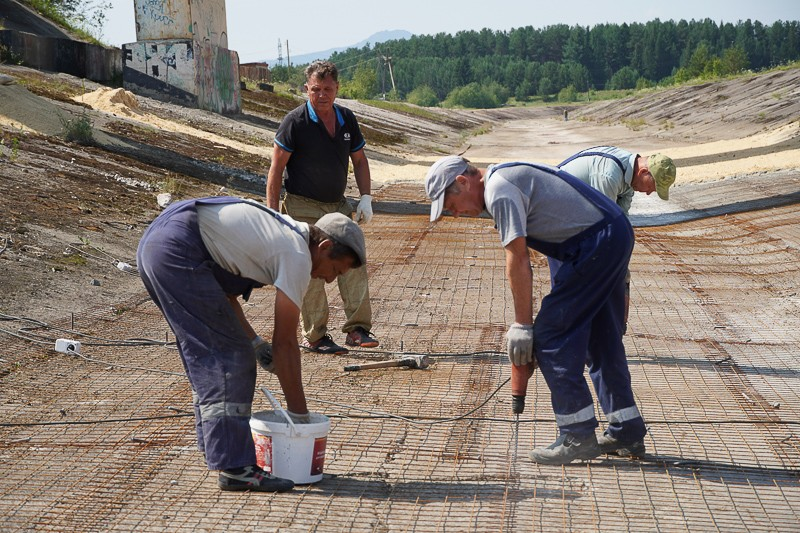 Сотрудники участка по ремонту зданий и сооружений СУБРа работают в русле реки Колонги