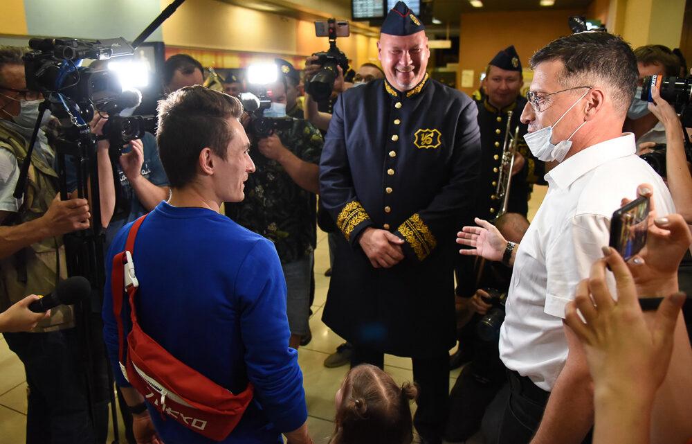 Чемпиона Олимпийских игр в Токио Давида Белявского в Екатеринбурге встретили под гимн России