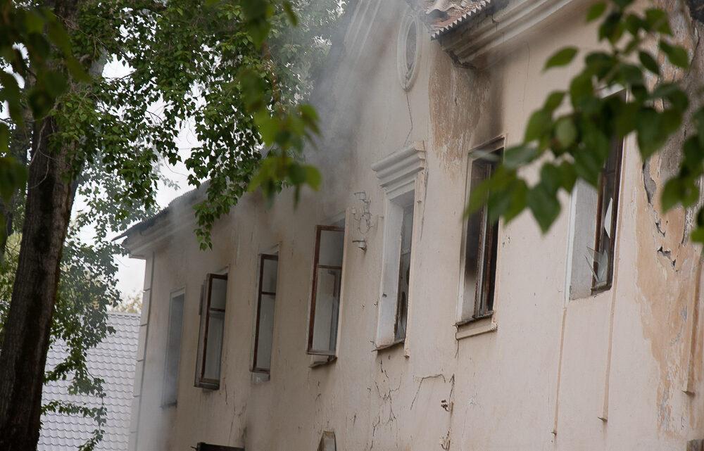 Утром 9 августа огнеборцы тушили заброшенное здание неврологии по Каржавина,29