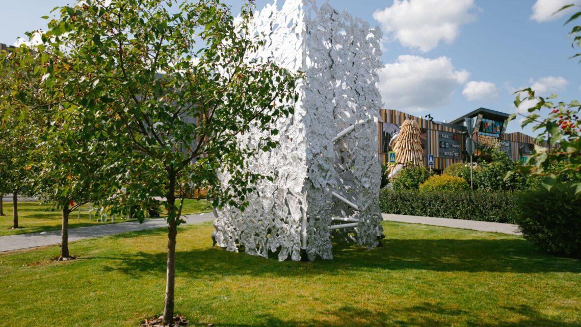 В Екатеринбурге установлен пятиметровый арт-объект из переработанного мусора